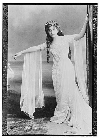 English: Geraldine Farrar in evening gown